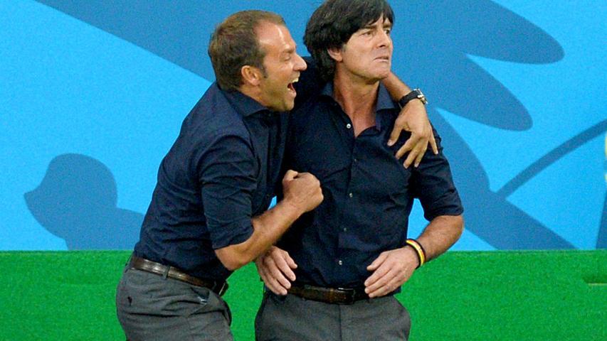 """B wie Bundestrainer. Schon eine Form der Kontinuität. In seiner langen Geschichte hatte der DFB nur zehn Bundestrainer (oder Teamchefs, falls dem Kandidaten die Trainer-Lizenz abging): Otto Nerz (1926 bis 1936), Sepp Herberger (1936 bis 1964), Helmut Schön (1964 bis 1978), Jupp Derwall (1978 bis 1984), Franz Beckenbauer (1984 bis 1990), Berti Vogts (1990 bis 1998), Erich Ribbeck (1998 bis 2000), Rudi Völler (2000 bis 2004), Jürgen Klinsmann (2004 bis 2006) und Joachim Löw (2006 bis 2021). Als elfter Mann übernimmt nach der Europameisterschaft Hans-Dieter Flick, genannt """"Hansi"""" (links im Bild). Übrigens: Von 1908 bis 1926 gab es zwar schon einen Verband und auch eine Nationalmannschaft (oft ausschließlich mit Spielern des 1. FC Nürnberg und der SpVgg Fürth), aber keinen offiziellen Coach. Vielleicht waren die Jungs früher einfach untrainierbar."""