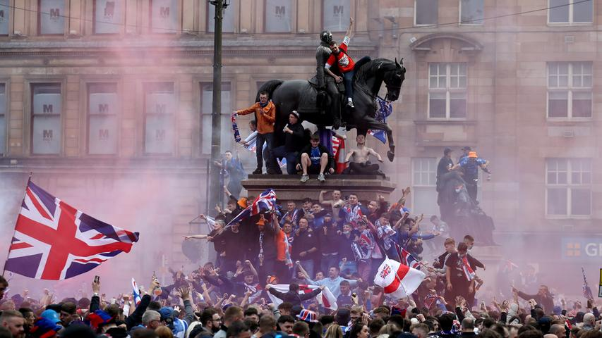 """B wie """"Blüte Schottlands"""": Sie kann man leider nicht sehen, dafür aber mutmaßlich umso lauter hören. Selbst wenn nur ein paar verstreute Schotten im Stadion sind. Natürlich heißt es eigentlich """"The Flower of Scotland"""" und ist eine der inoffiziellen Nationalhymnen der rebellischen Bravehearts. Ein sensibler Moment verspricht daher das Aufeinandertreffen mit England in Wembley auch in gesanglicher Hinsicht zu werden. """"God save the Queen"""" gegen """"Flower of Scotland"""": Das ist schon deshalb nicht ohne eine schwer zu leugnende Pikanterie, da die Schotten damit ihren Vorfahren huldigen, die kürzlich vor 700 Jahren den englischen König Edward II. in der Schlacht bei Bannockburn auf das Unvergesslichste zu verprügeln pflegten. """"Und doch können wir uns erheben, um wieder eine Nation zu werden"""", heißt es im alten Text, der einem irgendwie aktuell vorkommt. Die Schotten sind halt weder die größten Fußballer noch die formvollendetsten Diplomaten, aber eins muss man ihnen auf jeden Fall lassen: Ehrlich sind sie."""
