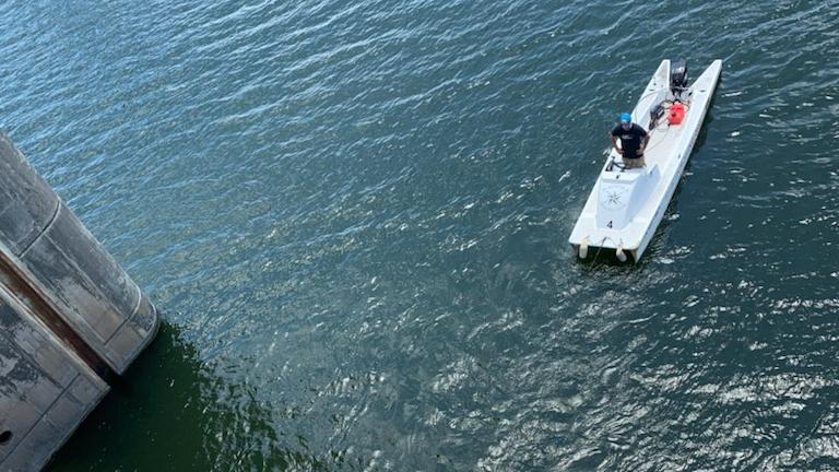 Es ist ein Anblick wie in einer Filmszene: Ein Boot hängt mit der Spitze über dem Abgrund eines Wasserfalls. Die vier Passagiere halten sich fest, offensichtlich in Angst vor einem Absturz. In einer dramatischen Aktion haben Helfer in Texas die Menschen jedoch unverletzt retten können.