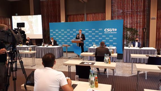 Pressekonferenz zum geplanten ICE-Werk mit viel Abstand: CSU-Bezirkschef Michael Frieser am Rednerpult, links Parteichef Markus Söder, rechts OB Marcus König.
