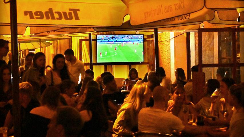 Den EM-Sieg der Italiener über die Türkei verfolgten viele in den Außenbereichen der Erlanger Restaurants.