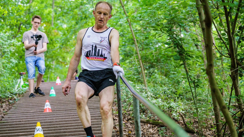 Franz Maier, aktueller Weltrekordinhaber im Treppensteigen, geht bei seinem erfolgreichen Versuch, die Treppe runter.