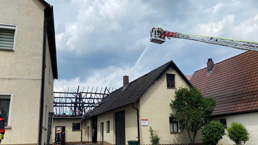 Zahlreiche Feuerwehrkräfte rückten am Samstag (12.06.2021) in den Ortskern von Schönberg einem Ortsteil von Lauf (Nürnberger Land) an. Dort war aus bislang unbekannten Gründen ein Feuer in einer Stallung ausgebrochen. Da das Gebäude vollständig mit Stroh gefüllt war, breiteten sich die Flammen rasend schnell aus. Die Flammen drohten auf das Wohnhaus überzugreifen, dieses konnte jedoch von der Feuerwehr geschützt werden. Verletzte Personen gibt es ersten Angaben nach nicht. Die Ortsdurchfahrt ist aktuell voll gesperrt. Foto: NEWS5 / Bauernfeind Weitere Informationen... https://www.news5.de/news/news/read/21128