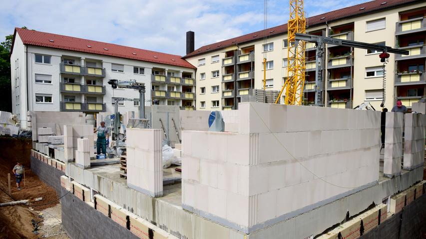 Auch an der Ecke von Hardstraße und Reichenberger Straße, wo zuvor ein Waschsalon seine Dienste anbot, entstehen nun Wohnungen.