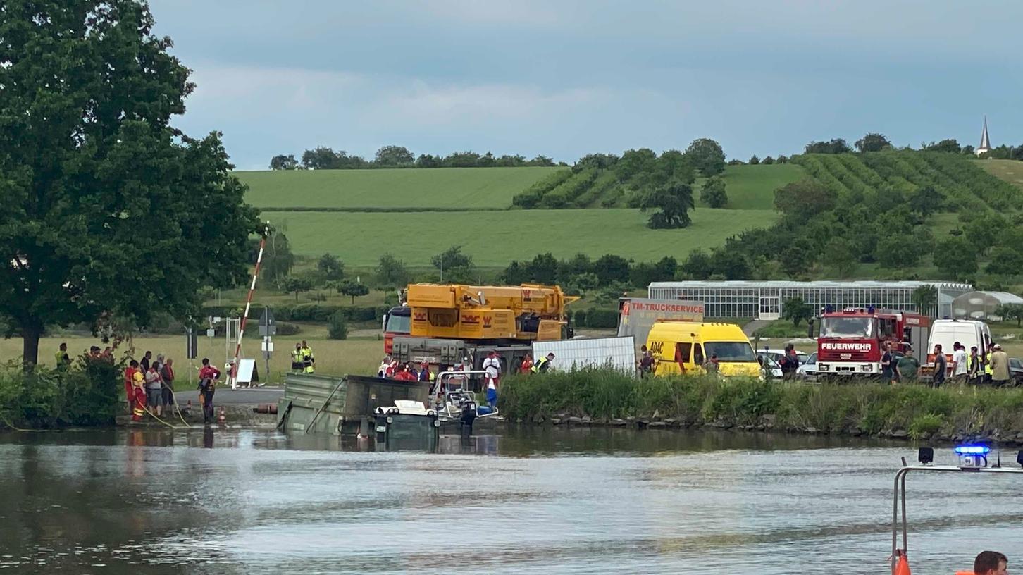 Ein Großaufgebot an Rettungskräften ist im Einsatz, um den Traktor aus dem Wasser zu hieven.
