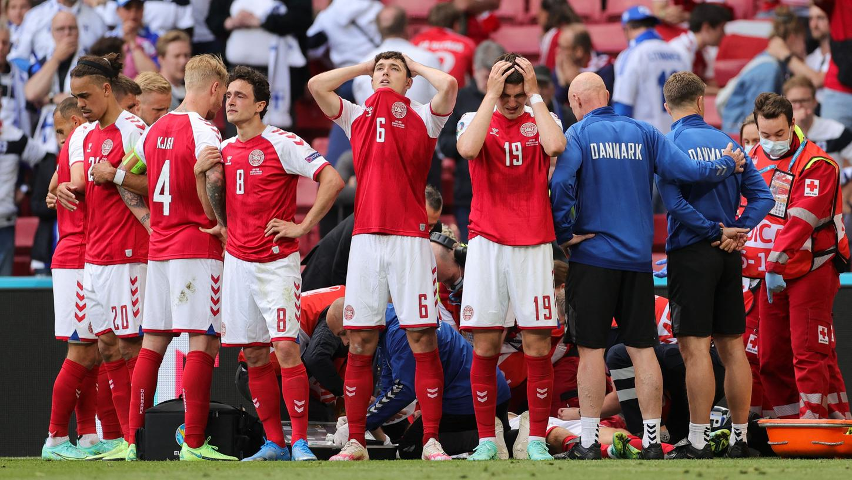 Mitspieler schirmten Eriksen vor Fans und Kameras ab.