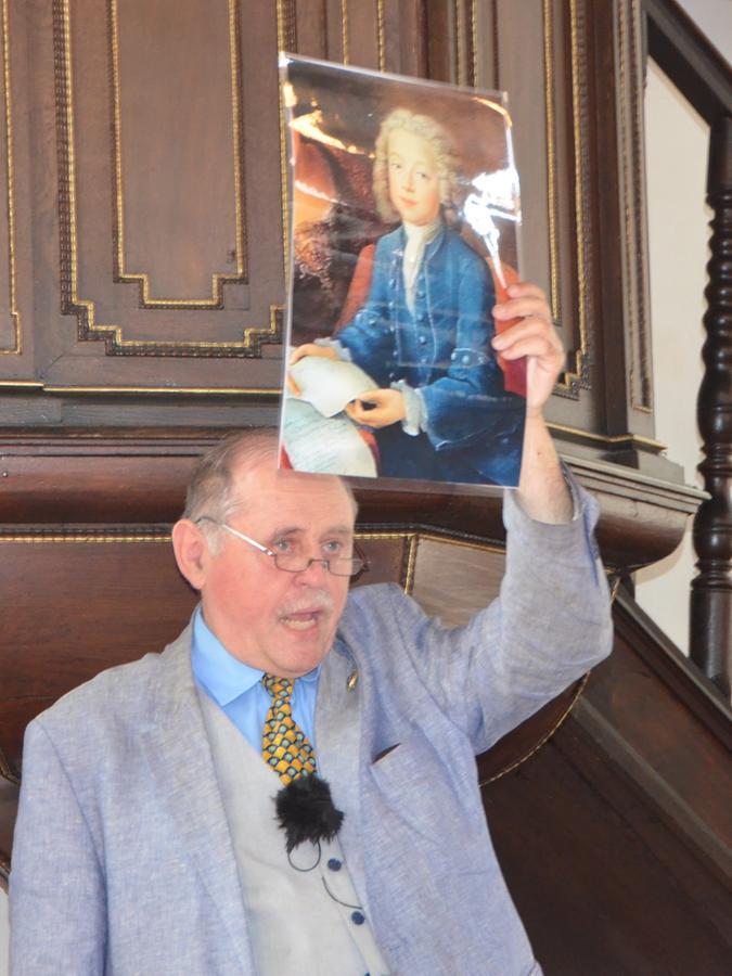 Ulrich Distler hat sich intensiv mit dem Leben Jean-Philippe Baratiers befasst. Hier zeigt er bei seinem Vortrag in der Franzosenkirche ein Porträtbild des Wunderkinds.