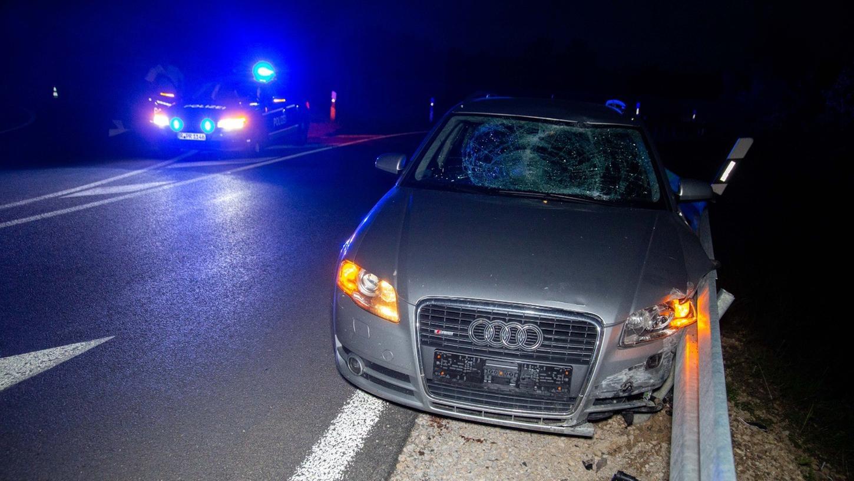 Der Audi schleuderte in der Ausfahrt gegen eine Verkehrsinsel und schleifte dann an der Planke entlang.