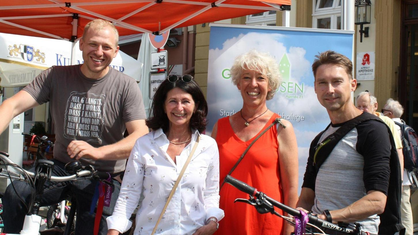 Die Agenda 21-Vorsitzende Ingrid Pappler (Zweite von links) und Kerstin Zels präsentierten die beiden diesjährigen Stadtradel-Stars Markus Diepold (links) und Tobias Reinhardt.