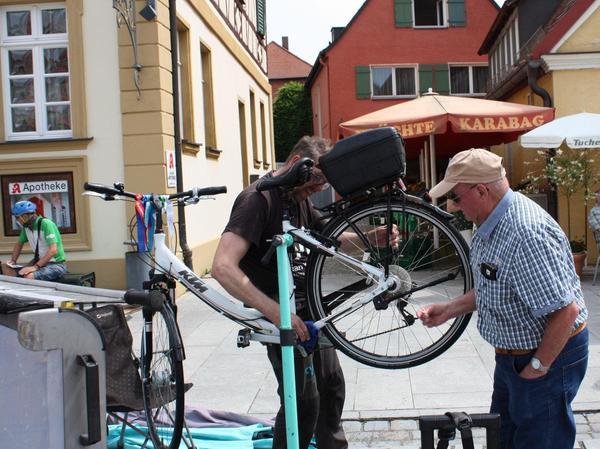 Stefan Sarfert aus München hatte seine Fahrradwaschanlage aufgebaut und legte hier letzte Hand an ein Bike.