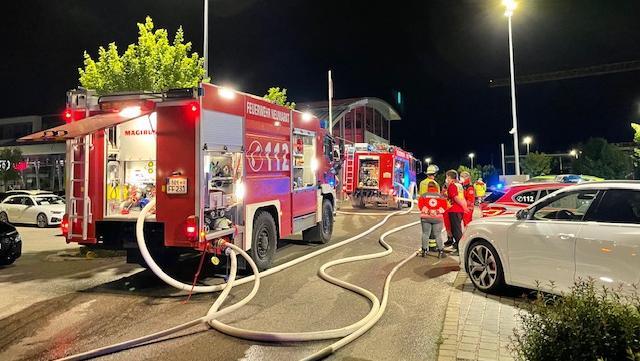 Weil die Brandmeldeanlage im Autohaus anschlug, war die Feuerwehr schnell vor Ort. Da stand der Audi S8 aber schon in Flammen.