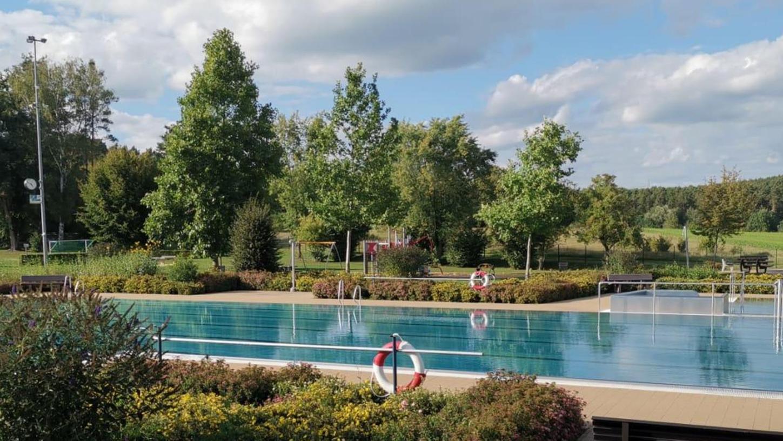 Das Pleinfelder Freibad wartet auf Gäste: Ab Mittwoch geht es hier wieder los. Allerdings müssen sich Besucher auf relativ kühles Wasser und einige Auflagen einrichten.