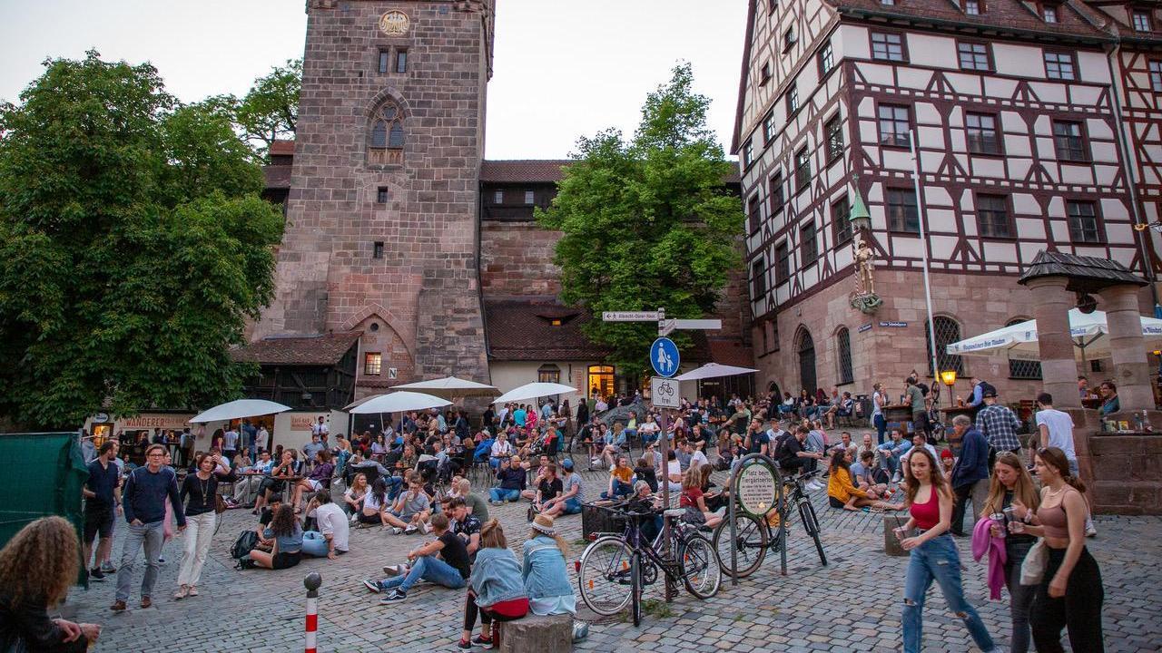 Seitdem die Indizidenzwerte auch in Nürnberg stark gesunken sind, herrscht in der Innenstadt wieder Trubel. Auf dem Tiergärtnertorplatz war am Wochenende viel los.   Foto: Moritz Schlenk