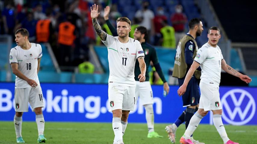 """C wie Catenaccio:Italienische Variante für """"hinten alles dicht machen"""", """"Beton anrühren"""", """"die Null muss stehen"""", """"Maurermeister"""", """"den 16-er verrammeln"""" oder ein wunderbar attraktives 10-0-0-System. Vor dem Schlussmann beschränken sich alle Feldspieler der eigenen Mannschaft auf das Verteidigen nach einer glücklich zustande gekommenen 1:0-Führung. Gegen den italienischen Catenaccio haben sich schon die ganz Großen des Fußballs die Zähne ausgebissen. Noch sicherer ein Tor zu verhindern geht nur, indem man dieses Tor abbaut und aus dem Stadion schafft. Der aktuelle 21-er-Jahrgang der Azzurri kann auch Catenaccio. Er kann aber auch wunderbar angreifen. Siehe das 3:0 im Eröffnungsspiel über die Türkei."""