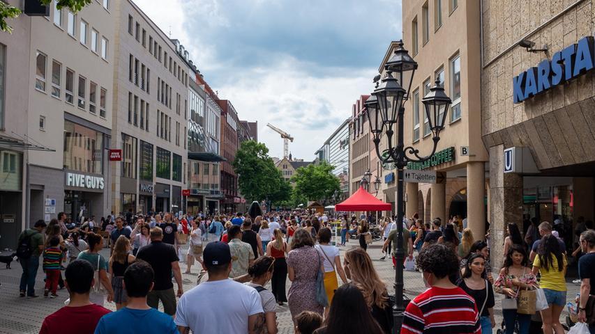 Foto: Moritz Schlenk, gesp. 6/2021..MOTIV: Nürnberg, Innenstadt, Corona, Lockerungen, Öffnungen, Sommer, Freizeit, Menschen, Karolinenstraße