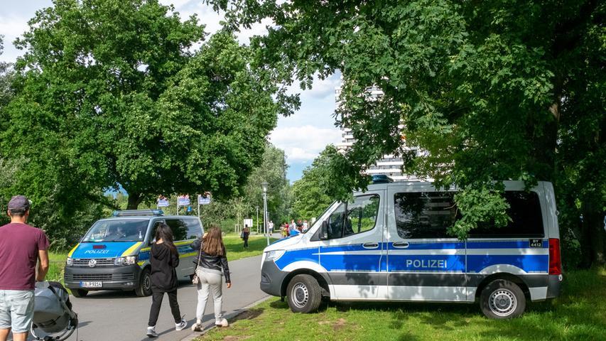Foto: Moritz Schlenk, gesp. 6/2021..MOTIV: Nürnberg, Innenstadt, Corona, Lockerungen, Öffnungen, Sommer, Freizeit, Menschen, Wöhrder Wiese, Polizei