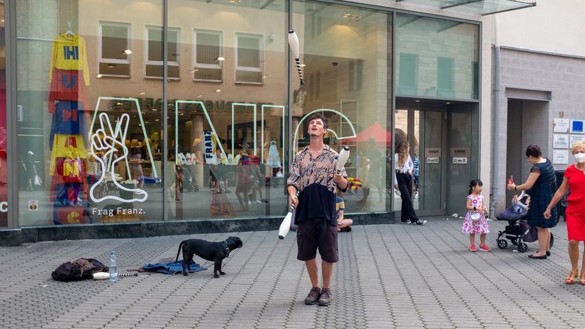 Foto: Moritz Schlenk, gesp. 6/2021..MOTIV: Nürnberg, Innenstadt, Corona, Lockerungen, Öffnungen, Sommer, Freizeit, Menschen, Karolinenstraße, Jongleur Daniel