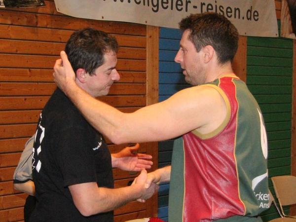 Fairer Glückwunsch: Ansbachs Spielertrainer Dean Jenko (re.) gratulierte seinem Freund und VfL-Coach Stephan Harlander (li.) nach der Schlusssirene zum Sieg.