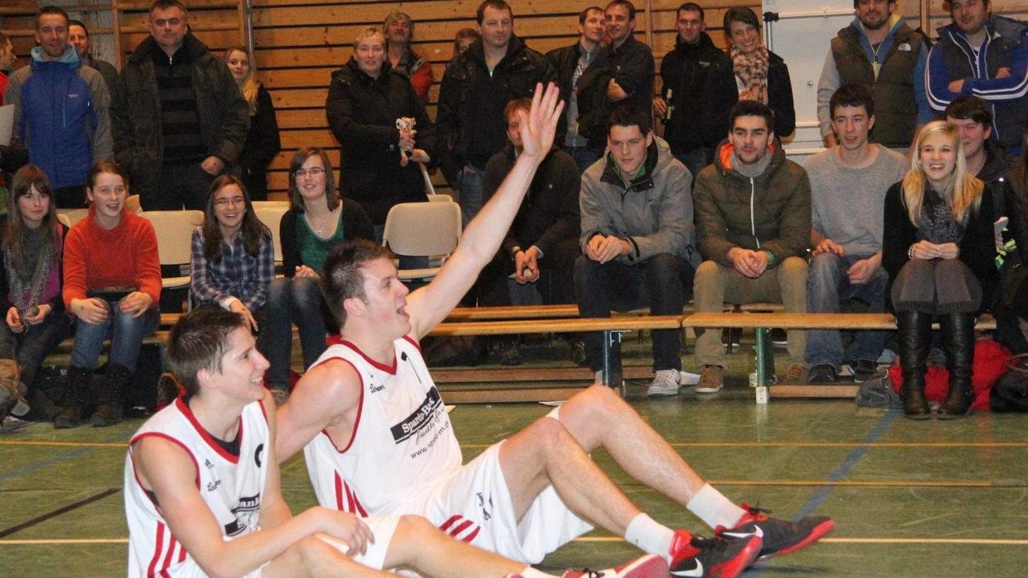 Hatten allen Grund zum Jubeln und Feiern mit den Fans: Claudio Huhn (links) mit 23 Punkten und Tim Eisenberger (rechts) mit 24 Zählern waren ganz entscheidend am ersten Sieg der Treuchtlinger Basketballer gegen das Team von hapa Ansbach beteiligt.