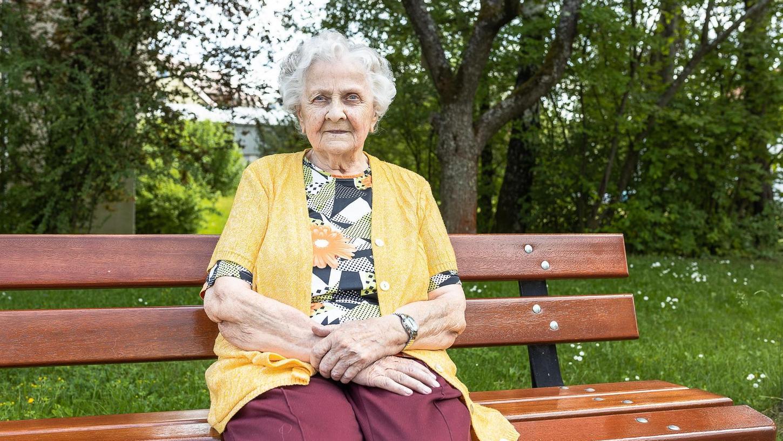 """Die 88-jährige Inge Ortel beobachtet immer wieder von der Parkbank aus, wie Angehörige ihre Mitbewohner wegen der Corona-Pandemie bemitleiden. Sie findet das falsch und meint: """"Ich kann das Gewinsel langsam nicht mehr hören."""""""