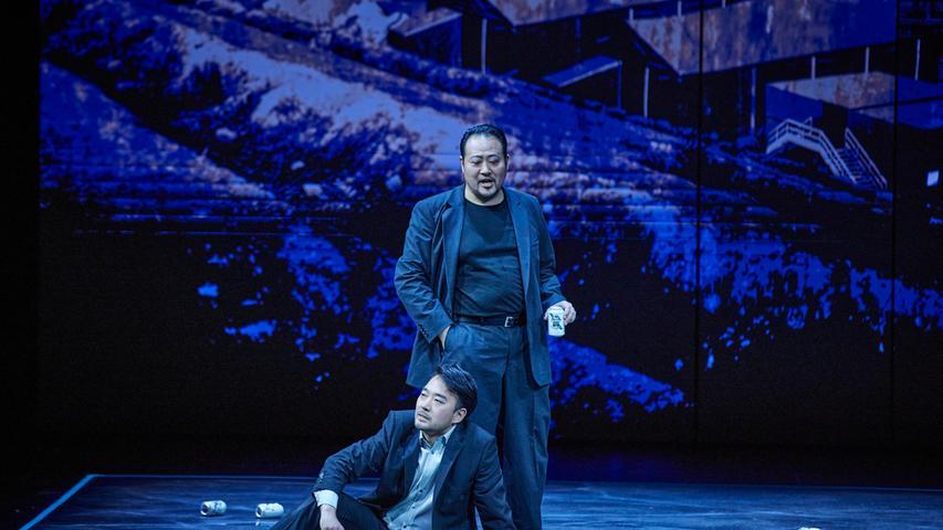 Männer in einer Dosenbierseligkeit, die sich aggressiv aufschaukelt: Junius (Wongyong Kang, sitzend) und Tarquinius (Sangmin Lee).