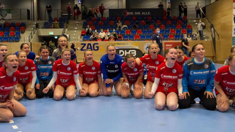 Ausgelassene Feier mit den 50 mitgereisten Erlanger Fans: Die B-Juniorinnen des HCE nach dem Spiel um Platz drei gegen den HC Leipzig.