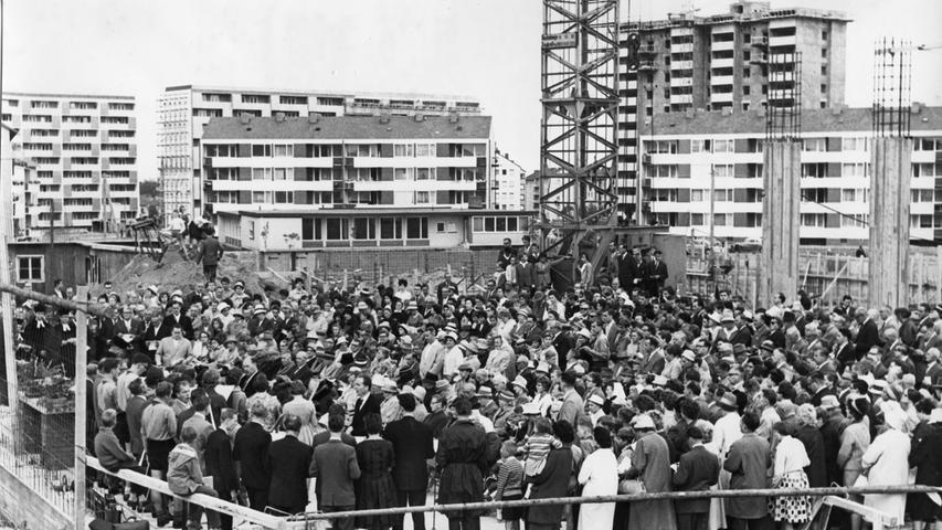 Im Juli 1962 wurde der Grundstein für die Heilig-Geist-Kirche als Mittelpunkt des neuen Gemeindezentrums in der Trabantenstadt gelegt.
