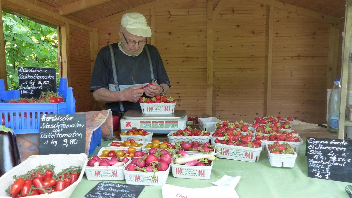 Seniorchef Hans Bauer verkauft an seinem Stand bei Streitberg alles, was auf den Feldern der Familie wächst. Sogar Erdbeeren kann er schon anbieten.
