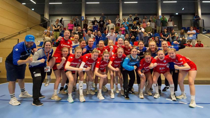 13.06.2021 --- Handball --- weibliche B-Jugend --- Final Four Deutsche Meisterschaft --- HC Erlangen HCE gg HC Leipzig HCL --- Foto: Sport-/Pressefoto Wolfgang Zink / Eibner / Helbig  --- gruppenfoto mit fans - Jubel Freude Teamfoto