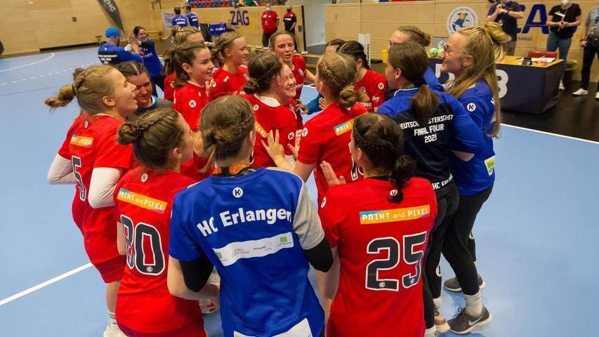 13.06.2021 --- Handball --- weibliche B-Jugend --- Final Four Deutsche Meisterschaft --- HC Erlangen HCE gg HC Leipzig HCL --- Foto: Sport-/Pressefoto Wolfgang Zink / Eibner / Helbig  --- Jubel Freude nach Spielende