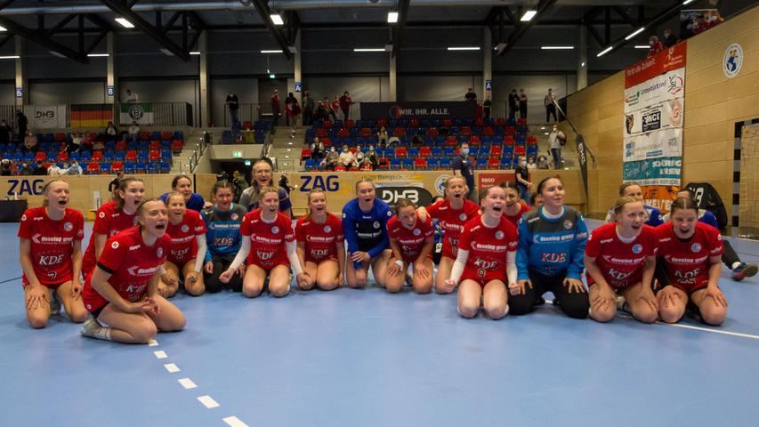 13.06.2021 --- Handball --- weibliche B-Jugend --- Final Four Deutsche Meisterschaft --- HC Erlangen HCE gg HC Leipzig HCL --- Foto: Sport-/Pressefoto Wolfgang Zink / Eibner / Helbig  --- humba - Mannschaft Team vor Fans Fanblock