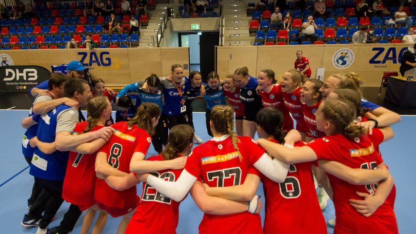 13.06.2021 --- Handball --- weibliche B-Jugend --- Final Four Deutsche Meisterschaft --- HC Erlangen HCE gg HC Leipzig HCL --- Foto: Sport-/Pressefoto Wolfgang Zink / Eibner / Helbig  --- siegeskreis - Teamkreis - Jubel Freude nach Spielende
