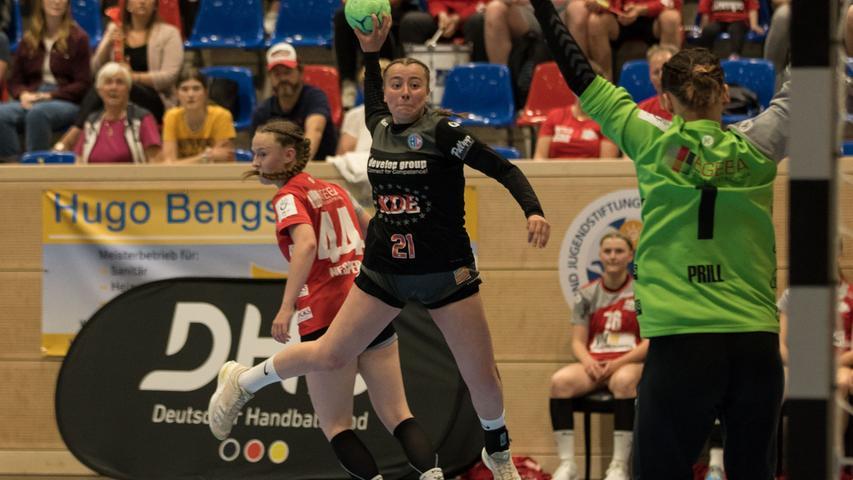 12.06.2021 --- Handball --- weibliche B-Jugend --- Final Four Deutsche Meisterschaft --- Halbfinale: HC Erlangen - TV Hannover-Badenstedt --- Foto: Sport-/Pressefoto Wolfgang Zink / Eibner / Helbig  --- Lara Carbone (Nr. 21 HC Erlangen weibliche B-Jugend) Eden Nesper  (Nr. 44 TV Hannover Badenstedt weibliche B-Jugend) Lara Prill (Nr. 1 TV Hannover Badenstedt weibliche B-Jugend) -