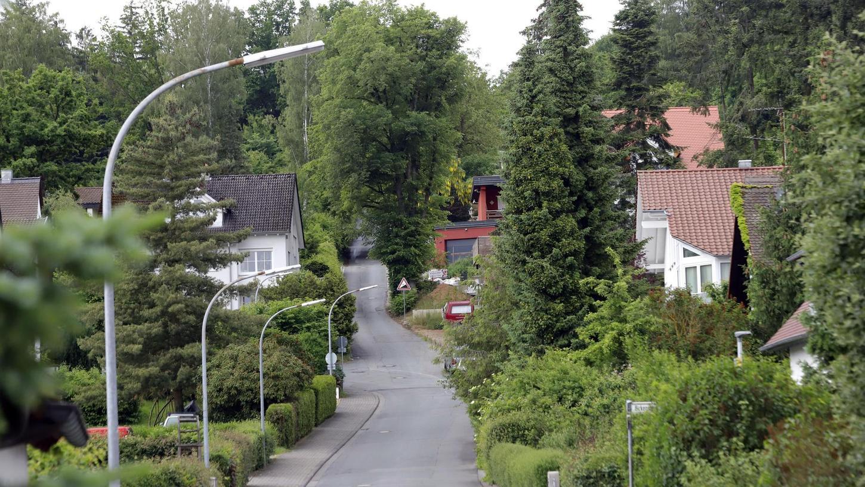 Dort wo die Straße schmaler wird, beginnt die Auffahrt zum künftigen Wohngebiet Am Weingartssteig. Zu schmal für den Verkehr, die Fahrbahn wird verbreitert.