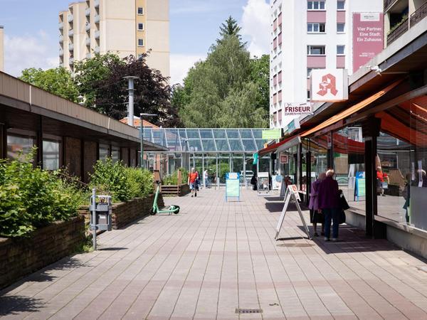 Die Ladenzeile an der Soldnerstraße ist in die Jahre gekommen, nun sollen wenigstens die Beete rundherum ein wenig aufgehübscht werden.
