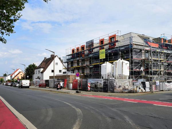 """Wo einst das bei den Stadtteilbewohnern beliebte Lokal """"Zur Hardhöhe"""" einlud, entstehen derzeit Wohnungen und eine Kita."""