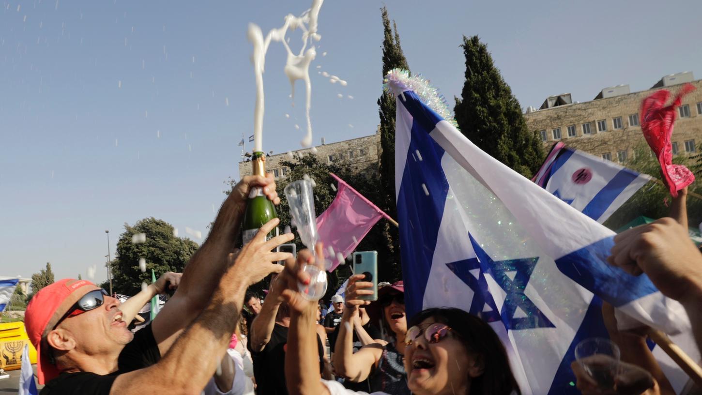 Israelische Demonstranten feiern während einer Demonstration zur Unterstützung der neuen Regierung vor dem israelischen Parlament.