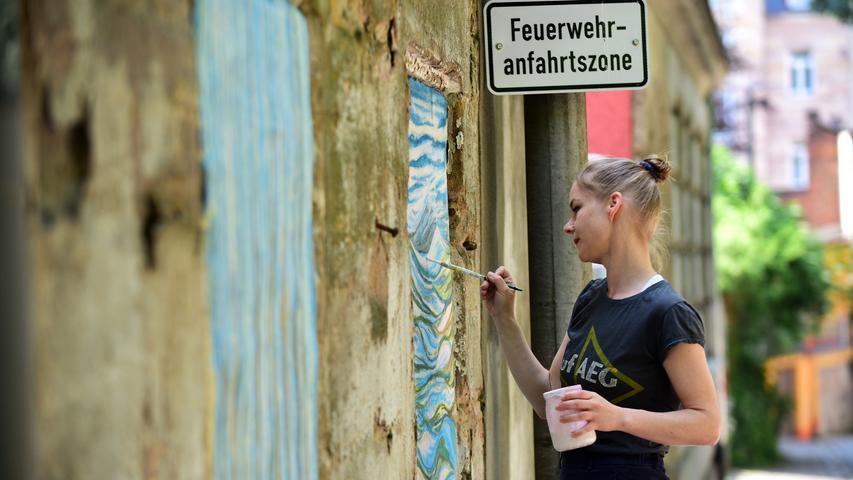 Julia Frischmann hat sich einer alten Wand in der Bogenstraße angenommen und diesermit altmeisterlicher Freskotechnik zu neuem Glanz verholfen.