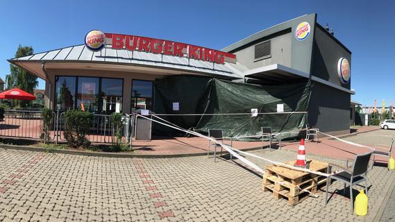 Pedale verwechselt: Fahrzeug kracht in Schwabacher Burger King