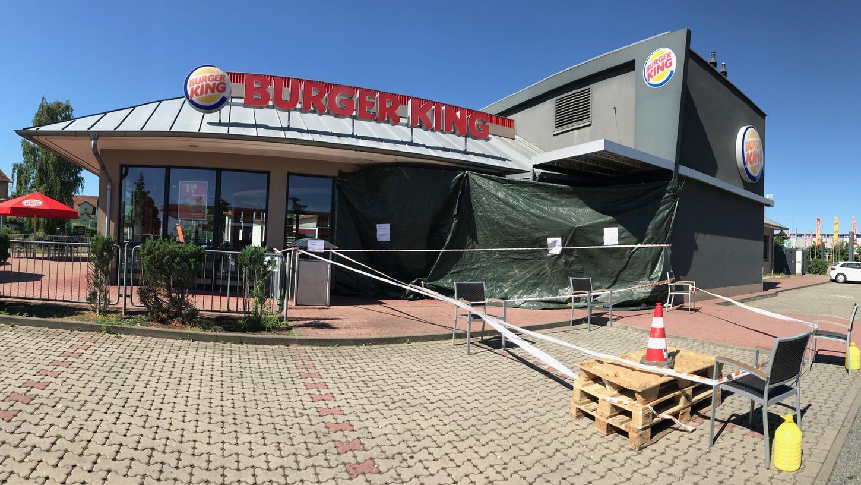 Rund 150.000 Euro Schaden hat ein Autofahrer am Schwabacher Burger Kind verursacht, weitere 35.000 Euro an seinem Wagen. Statt zu parken, fuhr er versehentlich direkt ins Restaurant und riss dabei den Eingangsbereich nieder.