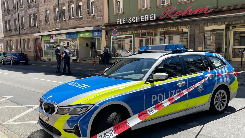 Die Flößaustraße in der Fürther Südstadt war vorübergehend gesperrt. Die Polizei ermittelt wegen des Verdachts der versuchten Tötung.
