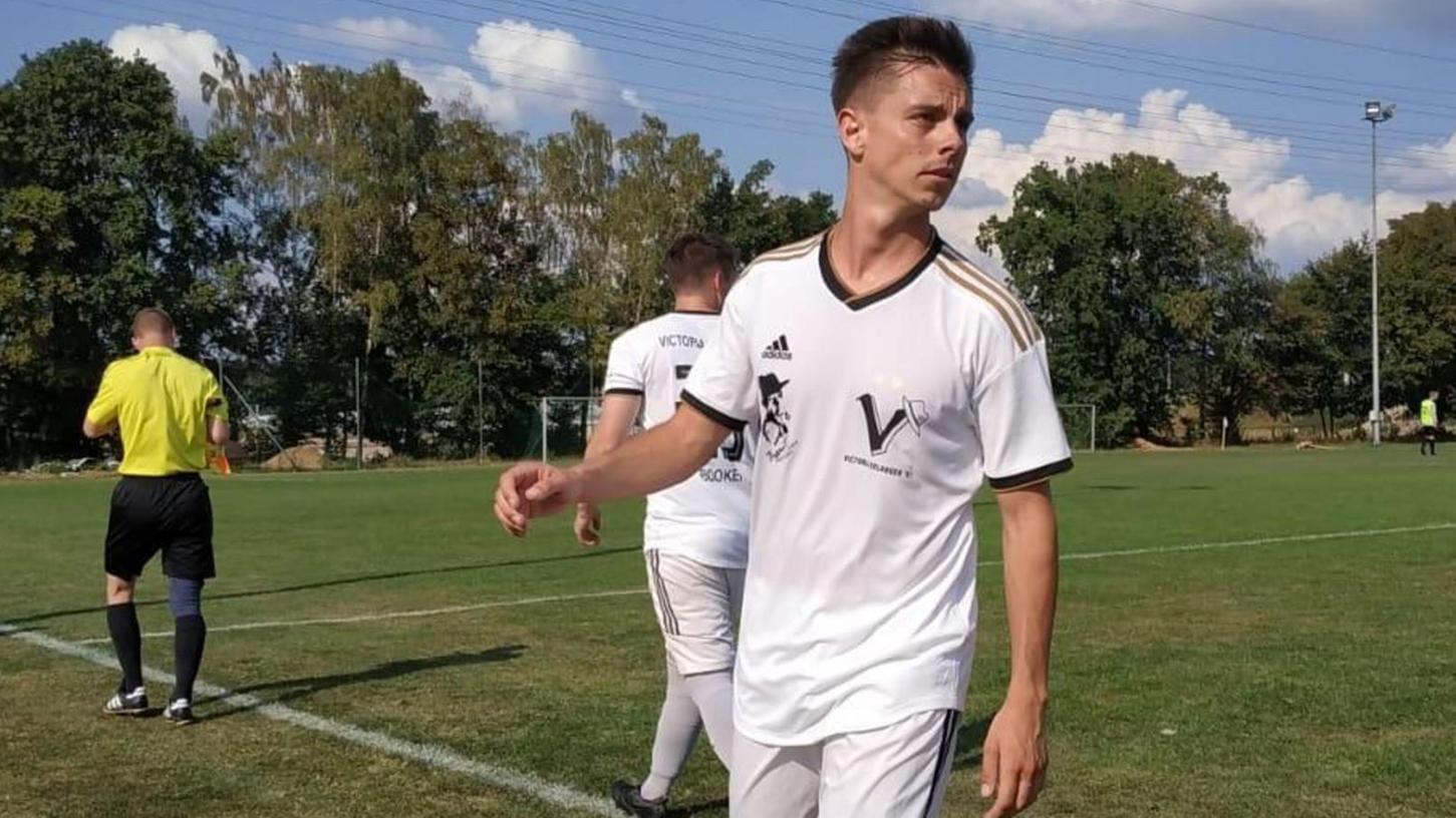Seit 2017 spielt Adrien Carnemolla für Victoria Erlangen und stieg mit dem Verein aus der Kreisklasse in die Kreisliga auf.