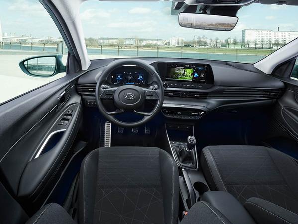 Arbeitsplatz des Fahrers: Mit Digital-Cockpit und großem Touchscreen.