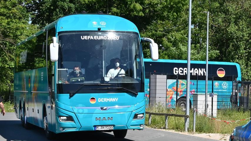 Die Nationalmannschaft auf dem Weg zum ersten EM-Spiel
