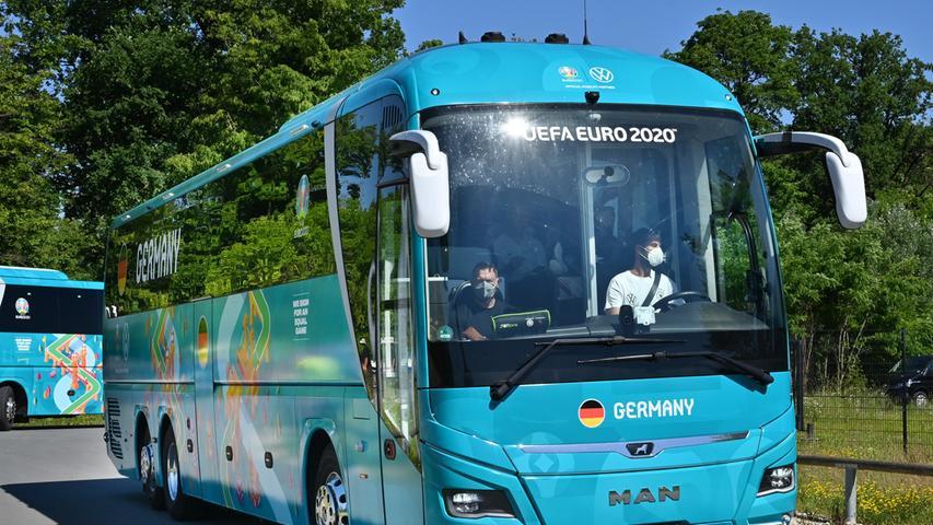 Am Dienstag greift die Deutsche Nationalmannschaft in die Fußball-EM ein. Bereits am Vortag hat sich das Team von Jogi Löw von aus Herzogenaurach nach München aufgemacht.