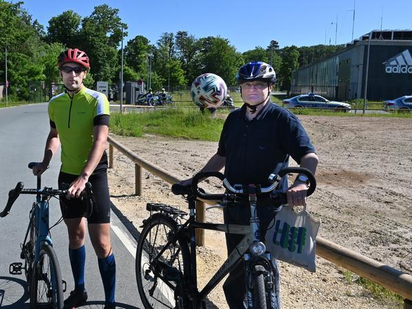 JochenFichtelmann und Bernd Hickmann sind mit dem Rad gekommen. Beide sind sich sicher: Der Zusammenhalt der Mannschaft ist entscheidend.