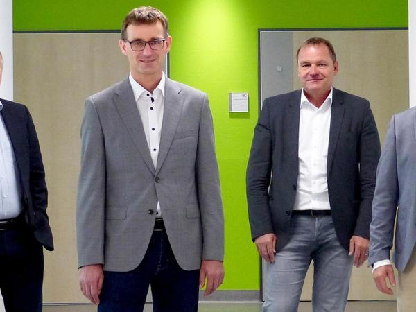 Führungswechsel in der Abteilung Unfall- und Wiederherstellungschirurgie am Klinikum Altmühlfranken: Dr. Wilhelm Nothofer (Chefarzt im Ruhestand, links), die beiden neuen Chefärzte Dr. Bernd Krieg (2. von links) und Dr. Florian Faber (rechts) mit Vorstand Christoph Schneidewin.