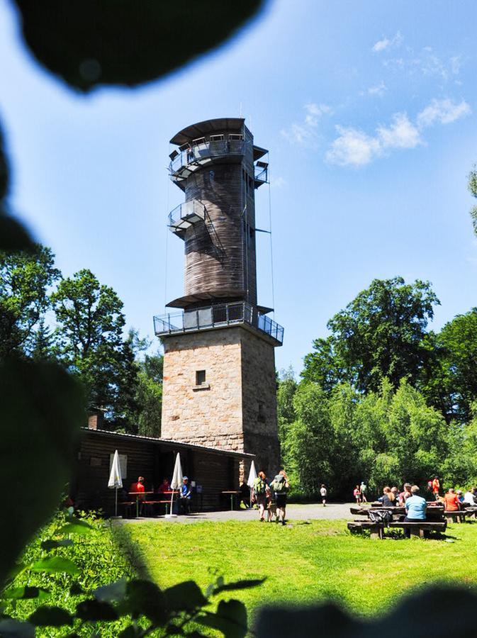 Der Aussichtsturm an der Bärenschanze - von hier blickt man bis zum Thüringer Wald, in die Rhön, das Fichtelgebirge und in die Fränkische Alb. Und untenist ein netter Biergarten.