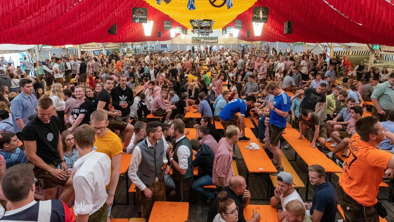 Seit Corona ein höchst ungewohntes Bild: das Hilpoltsteiner Festzelt beim Burgfest-Frühschoppen im Jahr 2019.
