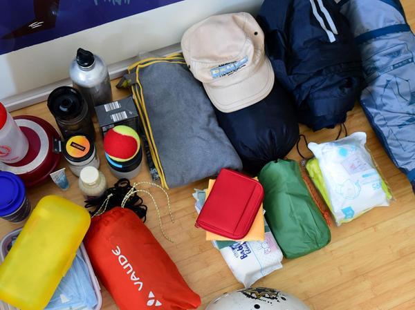 Isomatte, Regenplane und etwas zum Kochen: 15 Kilo Gepäck nimmt er mit.